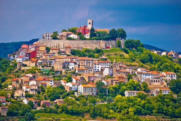 הכפר הציורי מוטובון שבאיסטריה, המוקף כרמים