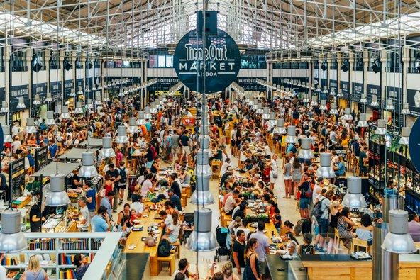 שוק האוכל של טיים אאוט גדוש במבקרים | צילום: Radu Bercan / Shutterstock.com