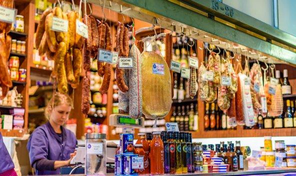 דוכן נקניקים ומעדנים בשוק המלכה ויקטוריה | צילום: Adam Calaitzis / Shutterstock.com