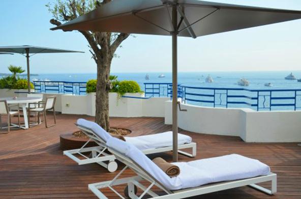 תצפית לים: המרפסת הפרטית של סוויטת הפנטהאוז במלון מרטינז