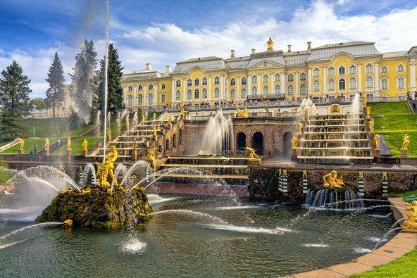 ארמון פטרהוף בסנט פטרבורג. הארמון והגנים עוצבו בהשראת ארמון ורסאי