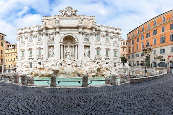 הכיכר של מזרקת טרווי ריקה מאדם. רומא הפכה לעיר רפאים | צילום: giorgio maiozzi / Shutterstock.com