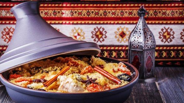 טאג'ין מרוקאי של עוף עם פירות יבשים