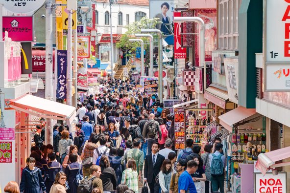 רחוב טקשיטה דורי ברובע הרג'וקו עמוס במטיילים וקונים | צילום: beibaoke / Shutterstock.com