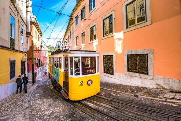 החשמליות הצהובות הן מסימני ההיכר של ליסבון | צילום: DreamArchitect / Shutterstock.com