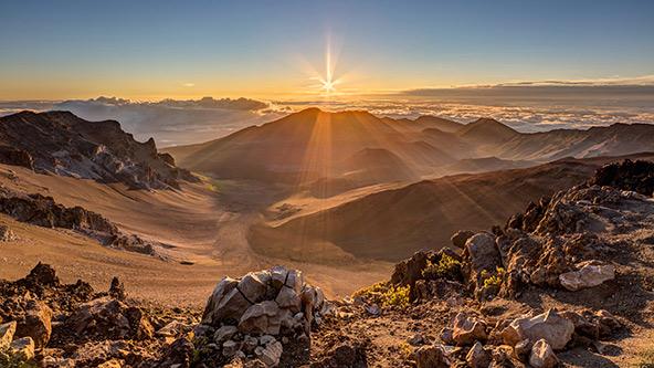 זריחה מעל הנופים הגעשיים של הפארק הלאומי הרי הגעש של הוואי