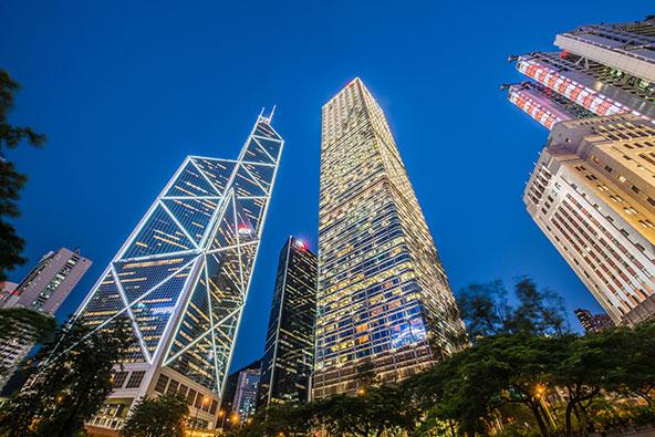 בתקופה בה נבנה, הבניין של בנק אוף צ'יינה (משמאל) היה אמור להיות הגבוה ביותר בעולם מחוץ לארצות הברית