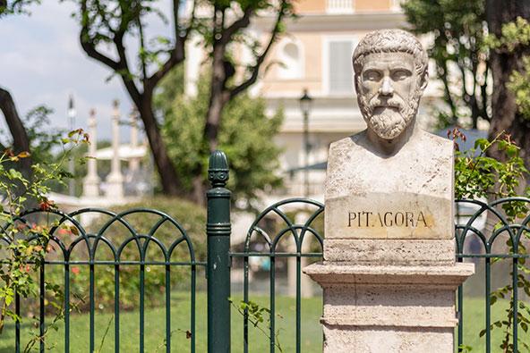פסל של פיתגורס ברומא. פיתגרוס, בן האי סמוס, פיתח גישה המוצאת את שורש הדברים במספרים
