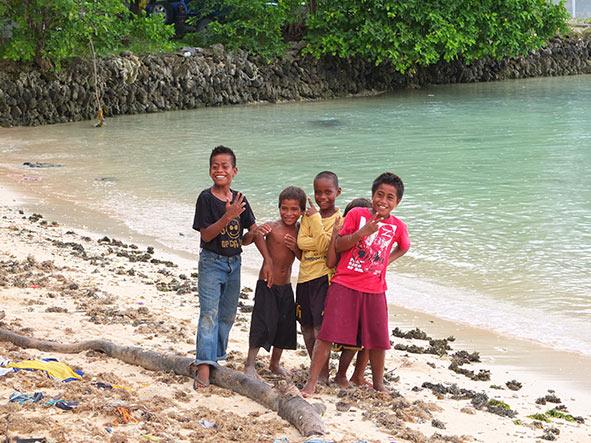 ילדים על החוף בקיריבטי. אל תבנו על חופשה נינוחה על החוף עם קוקטייל ביד, לקיריבטי מגיעים לפגוש את התושבים המקומיים ולהכיר את תרבותם