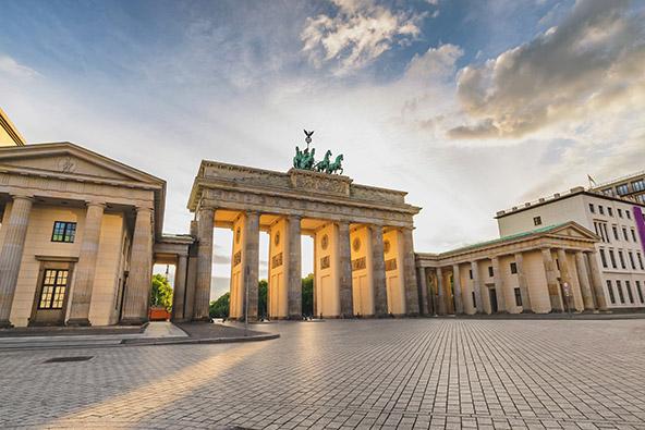 כחצי שנה אחרי שצולמה התמונה העליונה, שער ברנדנבורג שומם מאדם