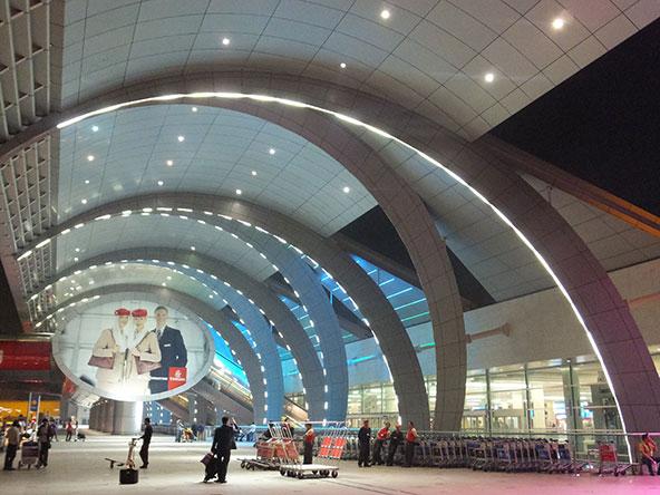 שדה התעופה של דובאי. הנוסעים עוברים בדיקות קורונה מהירות, כשהתוצאות מתקבלות בתוך 10 דקות