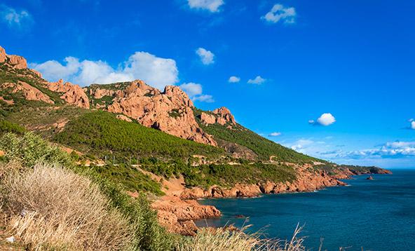 מאסיב אסטרל בדרום צרפת. שילוב מושלם בין צבע ההרים לצבע הים