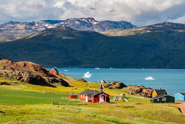דרום איסלנד מציעה נופים מדהימים של פיורדים והרים, וביניהם עיירות זעירות