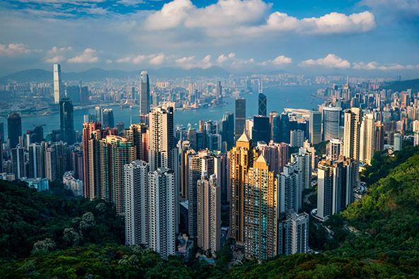 קו הרקיע של הונג קונג מפסגת ויקטוריה. הונג קונג מתירה מעבר חופשי מסין לסטודנטים ועובדים חיוניים