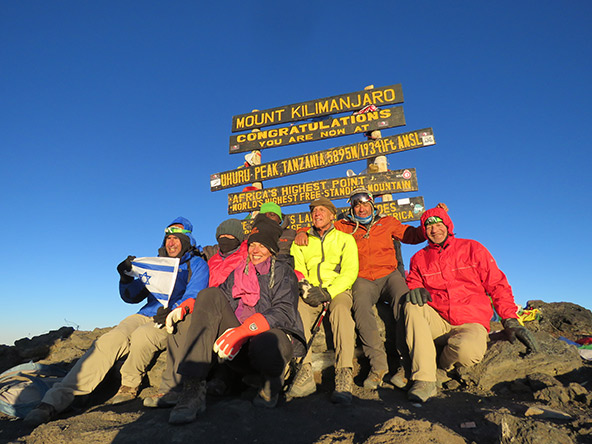 הגענו! הקבוצה בפסגת הקילימנג'רו (ראובן במעיל הצהוב, שלישי מימין)