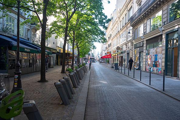 פריז, 23 באפריל 2020. האמנם לקראת אמצע הקיץ הם יתמלאו מחדש בתיירים?