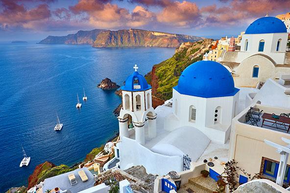 האי היווני סנטוריני. יוון, שכלכלתה מתבססת על תיירות, מקווה שההגבלות יוסרו עד תחילת יולי