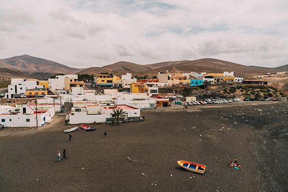 חוף עם חול שחור באי פורטוונטורה. בשלב ראשון רק משפחות עם ילדים יורשו להיכנס לחופים