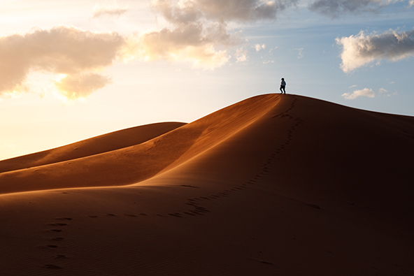 שקיעה באזור מרזוגה, אחד מאתרי החולות המפורסמים והמתוירים ביותר במרוקו