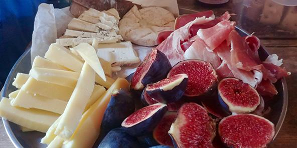ארוחה ממוצרים מקומיים שמוצאים לאורך הדרך היא אחת מההנאות הגדולות של הטיול