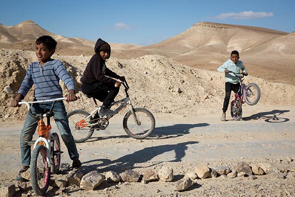 ילדים לוקחים חלק בפעולה השתתפותית לחידוש המאגורה בבור עטין