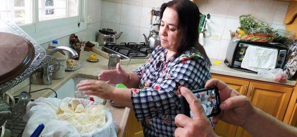 סדיקה חסון מכינה לאבנה בביתה