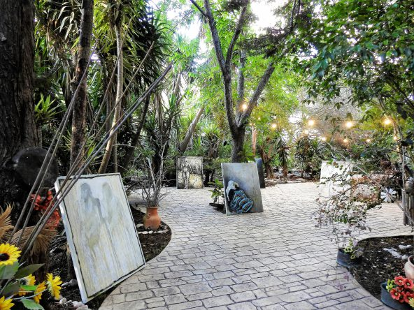 הציירת היאם מוסטפא בחצר ביתה