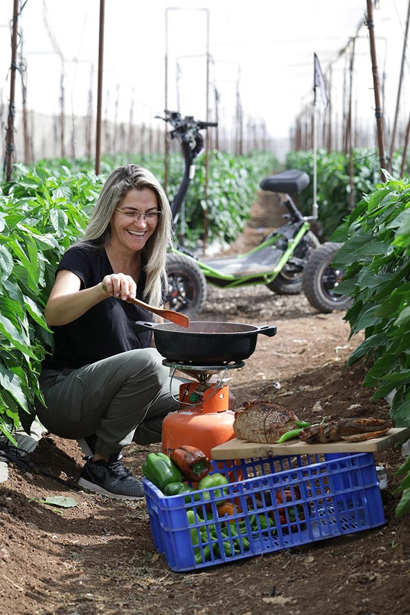 שקשוקה מירקות הגדלים בחממה, ברקע - כלי חשמלי של איזי ריידר | צילום: אלדד מאסטרו