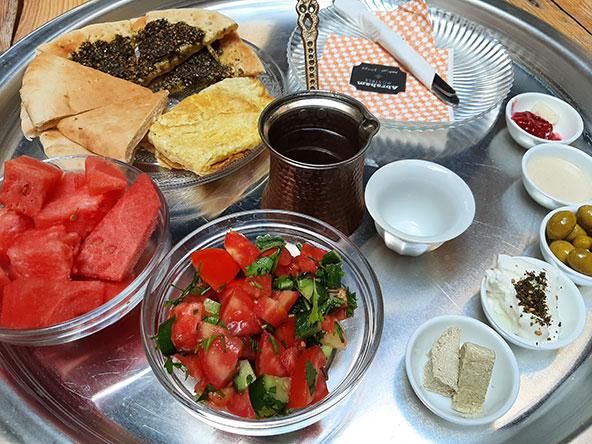 פינות חמד בפאוזי עזאר אין, למטה - ארוחת הבוקר