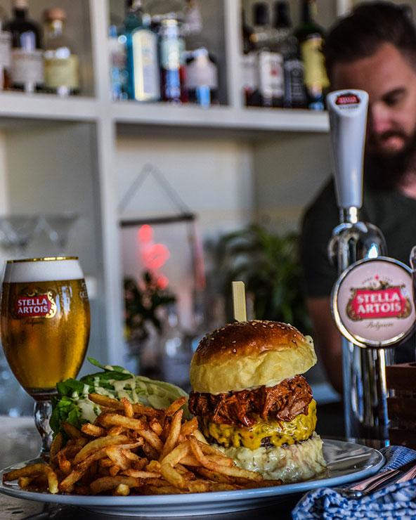 המבורגר, צ'יפס ובירה בלווייתן. היש טוב מזה? | צילום: ליאור רפאל