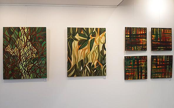 ניצחון הרוח: נבו אפק (למעלה) וכמה מציוריו התלויים בבית פיליפ מוריי