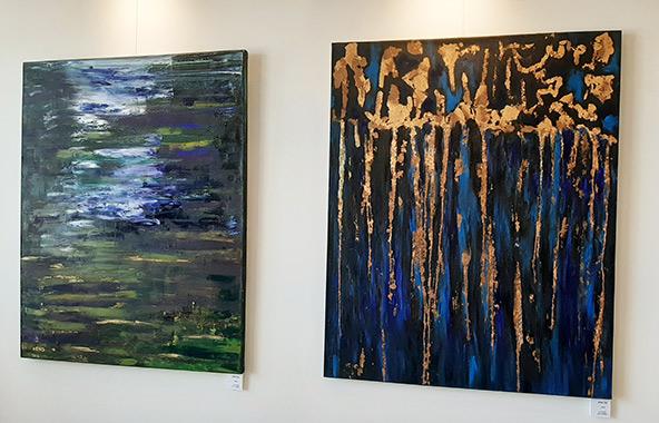 נבו אפק וכמה מציוריו התלויים בבית פיליפ מוריי
