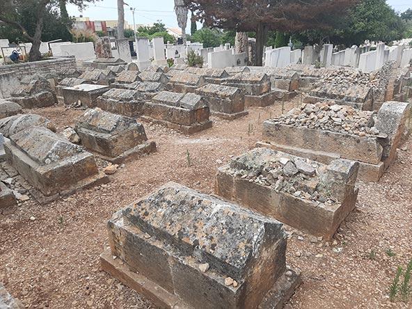 חלקת הילדים. הקברים הזעירים, נטולי שם, הם עדות למחלת המלריה שקטלה רבים כל כך בתחילת חייהם
