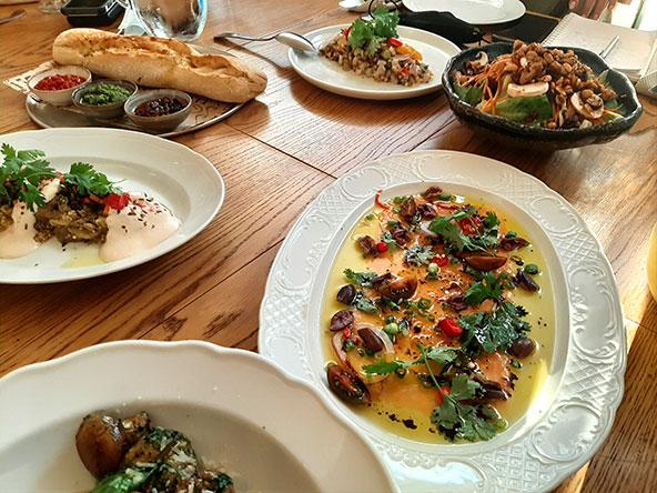 שולחן מלא בכל טוב במסעדת אלדין בשדרה. דייג אוהב דגים, וגם אנחנו...