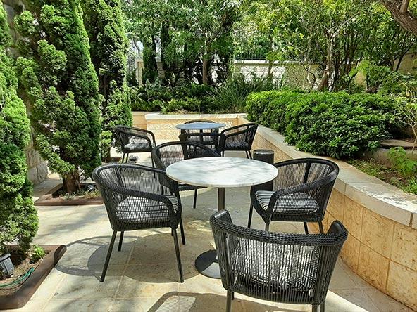 הגינה של מלון ביי קלאב. לתפוס שלווה בלב האקשן