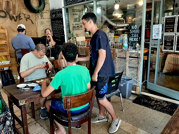 פאוור קפה ברחוב אגריפס, בית קפה ומקום לקליית קפה שפתחו זוג עולים מדרום אפריקה