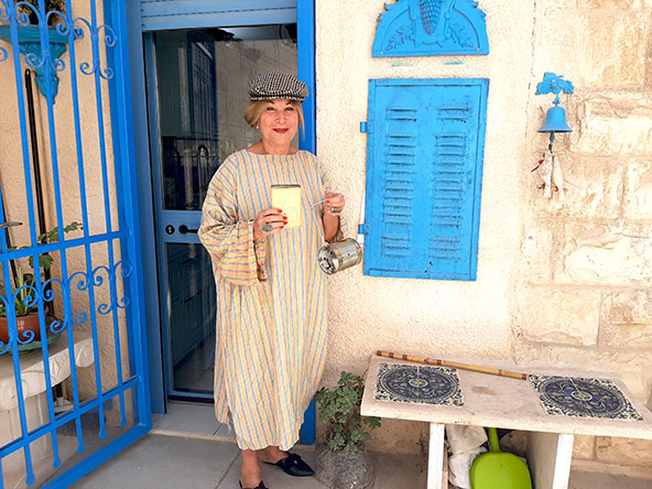 דלילה שמש בחצר ביתה, אל קורטיז'ו, מביאה את סיפורן של דמויות ירושלמיות ססגוניות