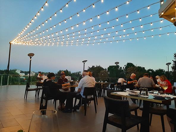 המרפסת של מסעדת O2 לעת ערב. השקיעה והנוף היפהפה מצטרפים למנות נהדרות שיוצאות מהמטבח