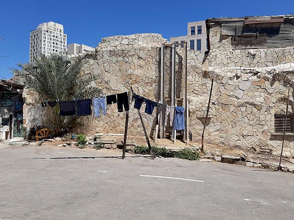 סמטה בימין משה (למעלה) וכביסה תלויה ברחוב בנחלאות. ההבדלים בין השכונות הירושלמיות עצומים | הצילומים בכתבה: רותם בר כהן