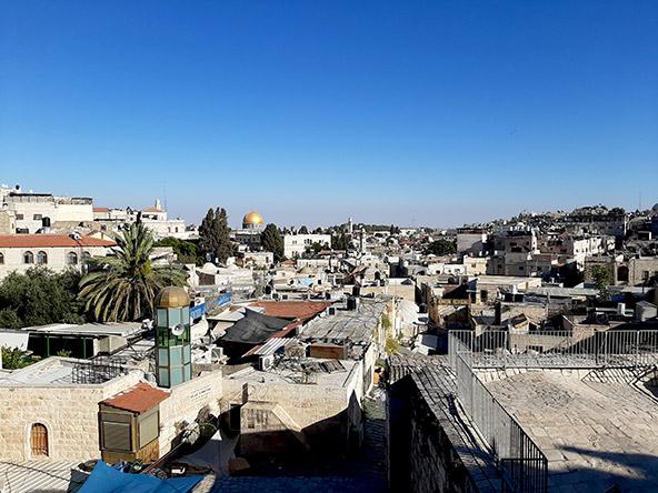 מבט על העיר העתיקה מטיילת החומות