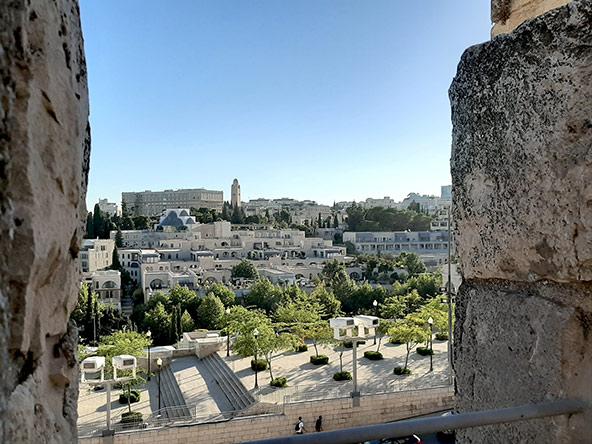 טיילת החומות: מבט על גגות העיר העתיקה (למעלה) ולעבר העיר החדשה. חוויה מיוחדת ומרתקת