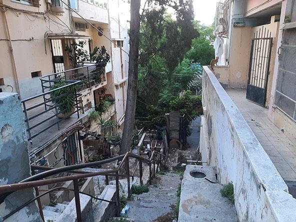 סמטת מדרגות היוצאת מרחוב מסדה