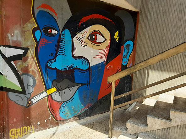צבעי השוק: דוכנים עם ירקות ופירות ואמנות רחוב בשוק תלפיות