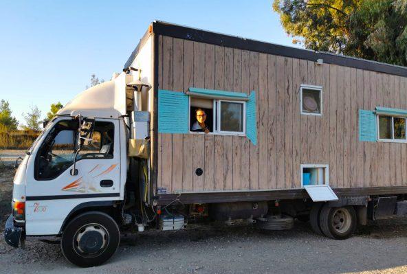 לפני ערב החג נכנסה משאית ציורית אל חניון האקליפטוס