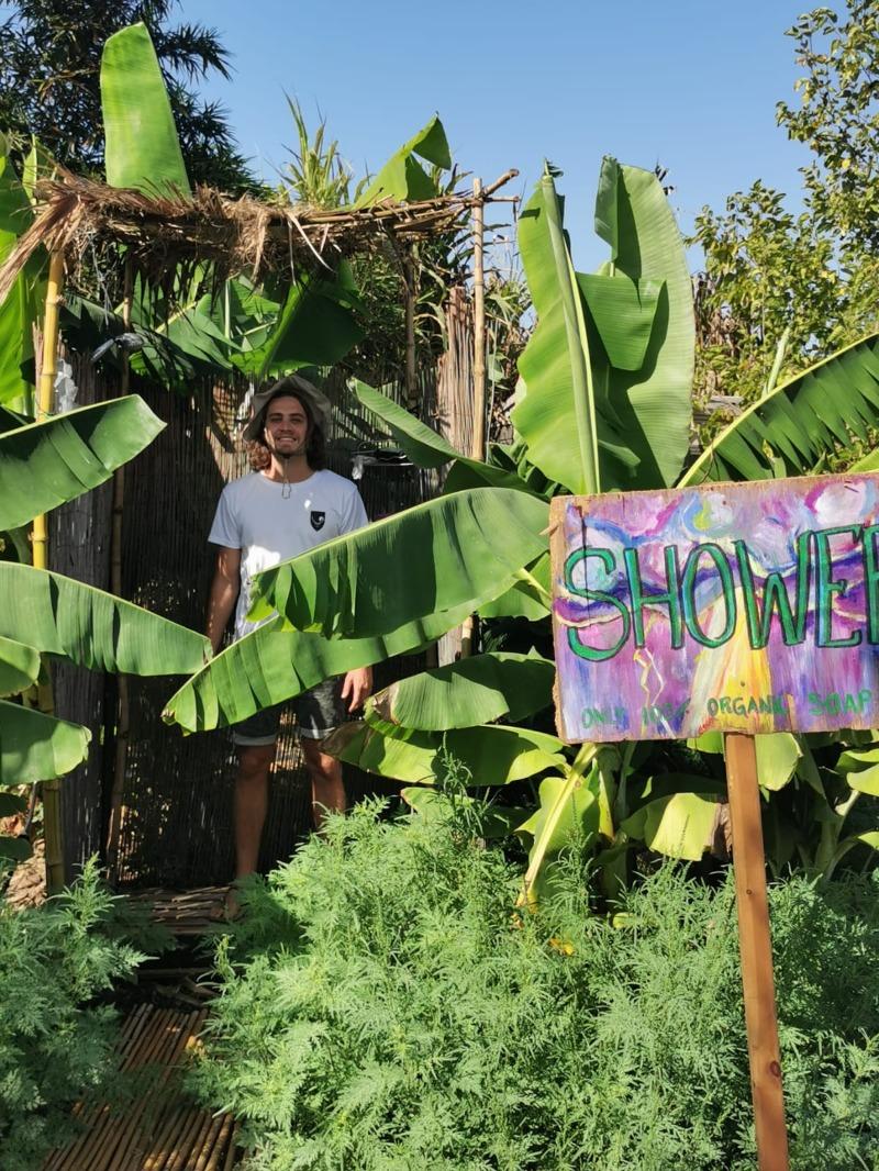 מקלחת שדה שעצי בננות בחזית שומרים בה על הפרטיות