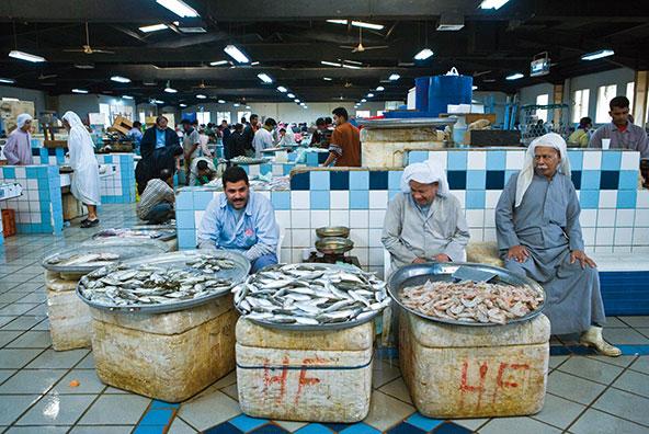 מוכרי דגים בשוק של מנאמה, בירת בחריין | צילום: Gimas / Shutterstock.com