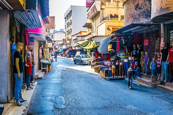 השוק במנאמה. מוכרים הכל, ובזול