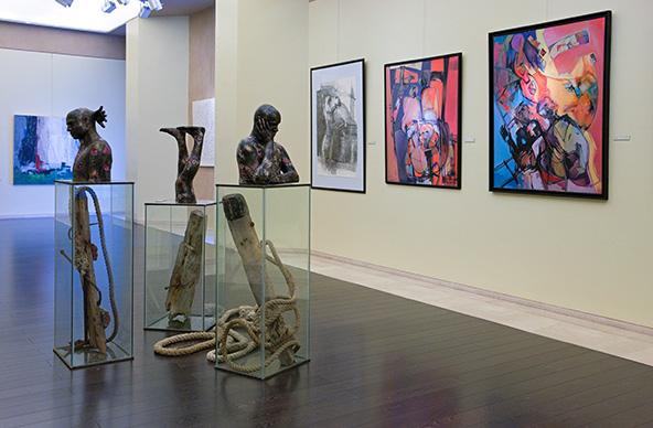 תצוגה של אמנות מודרנית במוזיאון הלאומי של בחריין