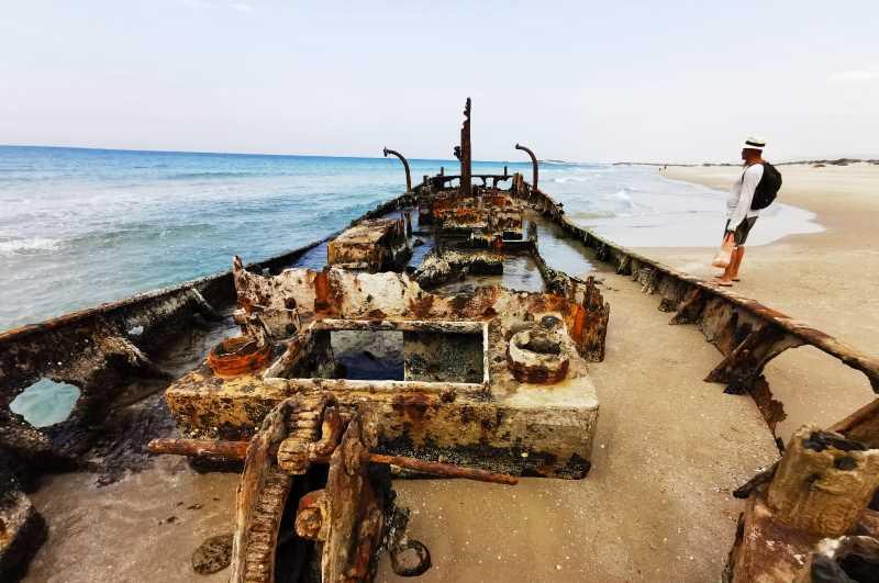 צפונה מחוף דור הבונים בואכה עתלית מונחים שרידיה של ספינת הדייג אלישבע