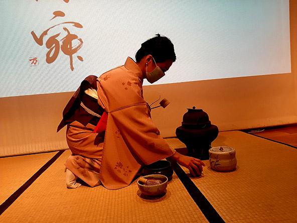 האמנית מיהו קטאוקה בטקס תה מסורתי במוזיאון טיקוטין. לצד התצוגות, מתקיימות במוזיאון פעילויות מגוונות הפותחות צוהר לתרבות יפן | צילום: רותם בר כהן
